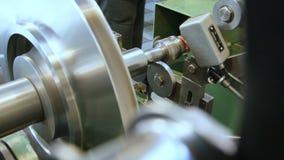 Piezas de metal acabadas del compresor probadas en soporte especial almacen de metraje de vídeo