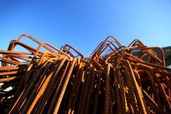 Piezas de metal aherrumbradas delante del cielo azul Fotos de archivo libres de regalías