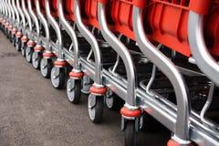 Piezas de metal de los cesta-carros rojos para las mercancías Foto de archivo