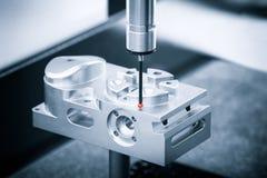 Piezas de metal de la dimensión de la inspección del operador por CMM después del proceso que trabaja a máquina en fábrica indust Imagenes de archivo