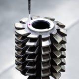 Piezas de metal de la dimensión de la inspección del operador por CMM después del proceso que trabaja a máquina en fábrica indust Imagen de archivo