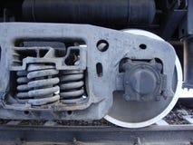 Piezas de un camión volquete del ferrocarril Ruedas, primaveras, tubo de aceite Negro con el movimiento blanco fotos de archivo