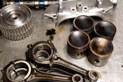Piezas del coche en una tabla del metal Imagenes de archivo