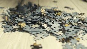 Piezas del rompecabezas que caen en la tabla blanca almacen de metraje de vídeo