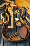 Piezas del violín en fondo de madera Imagenes de archivo