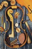 Piezas del violín en fondo de madera Imágenes de archivo libres de regalías