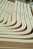 Piezas laminadas, de madera para la producción de los muebles fotos de archivo