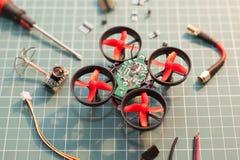 Piezas micro del montaje del helicóptero fotos de archivo