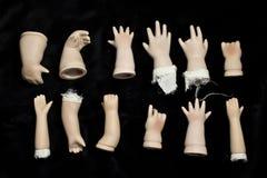 Piezas quebradas de la muñeca en fondo negro Imágenes de archivo libres de regalías