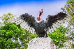 PIFO,厄瓜多尔- 2017年11月, 13日:一只巨大的神鹰,安地斯山和象征的鸟的美好的扔石头的雕塑与他们的 库存图片