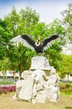 PIFO,厄瓜多尔- 2017年11月, 13日:一只巨大的神鹰,安地斯山和象征的鸟的美好的扔石头的雕塑与他们的 免版税库存照片