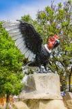 PIFO,厄瓜多尔- 2017年11月, 13日:一只巨大的神鹰,安地斯山和象征的鸟的美好的扔石头的雕塑与他们的 图库摄影