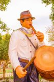 PIFO,厄瓜多尔- 2017年11月, 13日:关闭弹奏一些乐器的一个人的美好的扔石头的雕塑  免版税库存图片