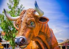 PIFO,厄瓜多尔- 2017年11月, 13日:橙色公牛的美好的扔石头的雕塑在Pifo,厄瓜多尔公园  库存照片