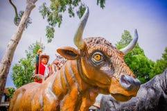 PIFO,厄瓜多尔- 2017年11月, 13日:橙色公牛的美好的扔石头的雕塑在Pifo,厄瓜多尔公园  图库摄影