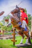 PIFO,厄瓜多尔- 2017年11月, 13日:牛仔的一个美好的扔石头的雕塑的室外看法骑一匹马的在公园  图库摄影