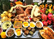 Pig`s head and side dish to worship God is to give Him our love in the Traditions Of Thailand. The Pig`s head and side dish to worship God is to give Him our Stock Images