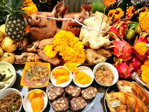 Pig`s head and side dish to worship God is to give Him our love in the Traditions Of Thailand. The Pig`s head and side dish to worship God is to give Him our Royalty Free Stock Photos