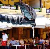 Pigeon buvant de la fontaine photographie stock