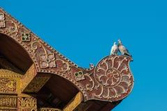 Pigeon de deux amants sur le toit thaïlandais antique de style d'art Photo stock