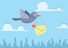 Pigeon volant au-dessus du ciel tenant l'enveloppe envoyant l'email d'affaires Photo stock
