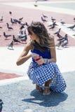Pigeons de alimentation de belle jeune femme à Barcelone, Espagne Photos stock