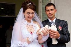 Pigeons heureux de mariage de fixation de marié et de mariée Photo libre de droits
