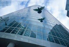 Pigeons modernes de bâtiment et de vol de façade Images stock