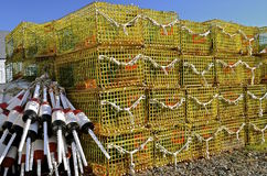 Pièges empilés de homard et une pile des balises Photographie stock libre de droits