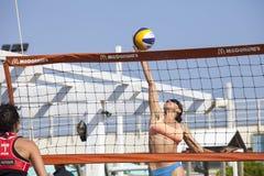 pigg Kvinnabanhoppning volleyboll Fotografering för Bildbyråer