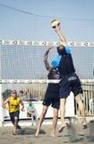 pigg Manbanhoppningattack isolerad volleybollwhite för bakgrund strand Arkivfoton