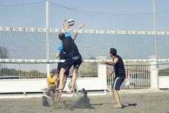 pigg Manbanhoppningattack isolerad volleybollwhite för bakgrund strand Royaltyfria Bilder