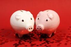 2 piggies кренят в влюбленности стоя на красной предпосылке с красными сияющими яркими блесками сердца Стоковое Изображение RF