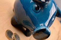 piggy αποταμίευση τοποθέτησης χρημάτων τραπεζών Στοκ φωτογραφία με δικαίωμα ελεύθερης χρήσης