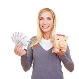 piggy γυναίκα χρημάτων τραπεζών Στοκ εικόνα με δικαίωμα ελεύθερης χρήσης