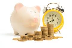 piggy πύργος τραπεζών και χρημάτων που απομονώνεται Στοκ φωτογραφία με δικαίωμα ελεύθερης χρήσης