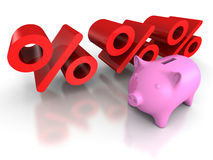Piggy банк монетки с красными символами процентов владение домашнего ключа принципиальной схемы дела золотистое достигая небо к Стоковые Фотографии RF