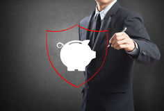 Ασπίδα που προστατεύει τη piggy τράπεζα και τα χρήματα Στοκ εικόνες με δικαίωμα ελεύθερης χρήσης