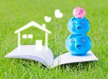 Οικογένεια τραπεζών Piggy στο βιβλιάριο Στοκ Εικόνες