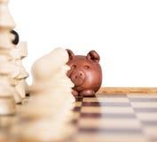 Piggy auf einem Schachbrett Stockfoto