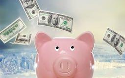 Piggy Bank mit hundert Dollarscheinen Stockfotos