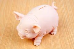 Piggy-bank op een houten lijst Royalty-vrije Stock Foto's