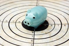 Piggy bank on target concept Royalty Free Stock Photos