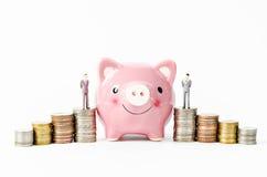 Piggy besparingar med bunten av myntpengar Arkivfoton