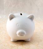 Piggy bianco sulla stampa bianca Fotografie Stock