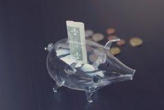 Piggy Glasquerneigung Lizenzfreie Stockfotografie