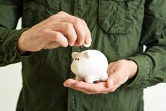 Piggy myntbank i händer Royaltyfri Fotografi