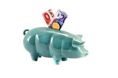 Piggy-packa ihop med europengar som isoleras på vit Royaltyfria Bilder