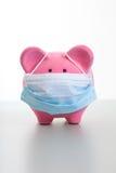 Piggy packa ihop med vänder mot maskerar - Swineinfluensabegrepp Royaltyfri Bild