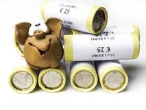 Piggy pret zich bevindt op verpakte muntstukken, Financieel besparingengeld voor de toekomst : royalty-vrije stock foto